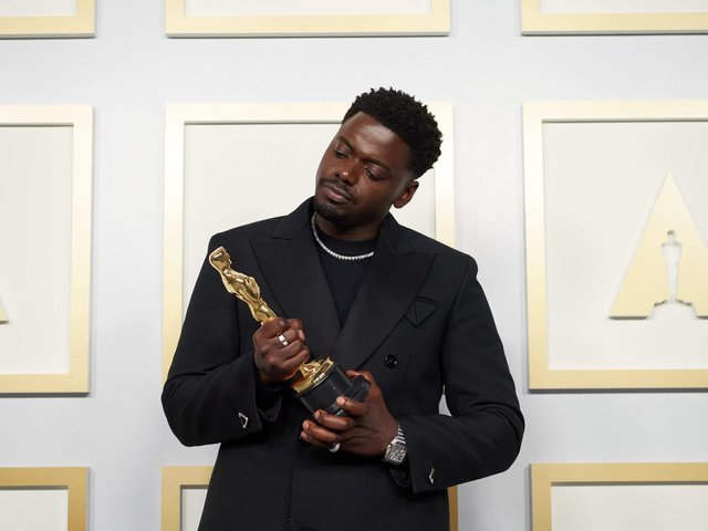 Daniel Kaluuya poses backstage with the Oscar for Best Actor in a Supporting Role, for Judas And The Black Messiah (Photo: Academy of Motion Picture Arts and Sciences (AMPAS)