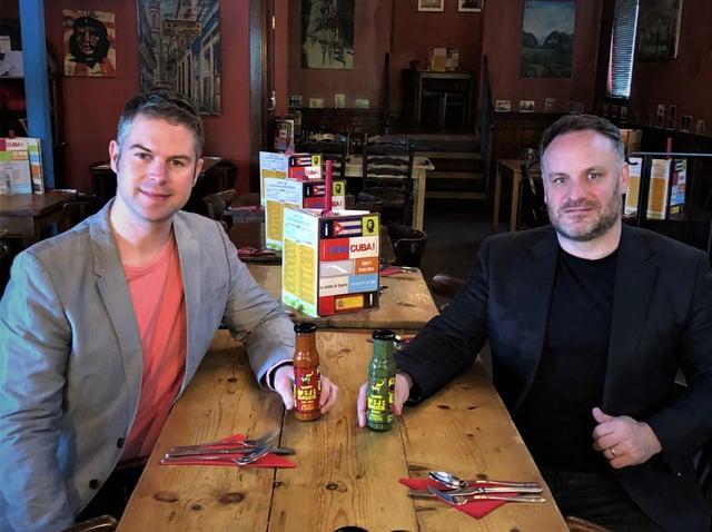 Mojo Sauce obtuvo el apoyo del supermercado de Co-op.  En la foto: James Homer, izquierda, con Seb McGowan.