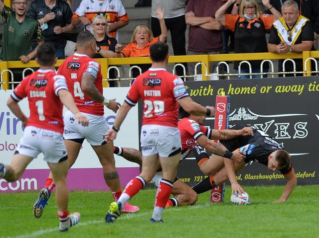 Brad Martin scores Tigers' second try. Picture by Jonathan Gawthorpe.