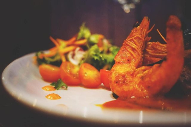 Popular dishes include dosa, seafood curries, and a range of tasty vegetarian dishes